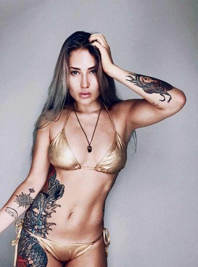 Анастасия Янькова фотография в золотом бикини