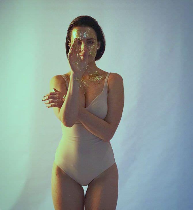 Даша Астафьева фото в бежевом боди