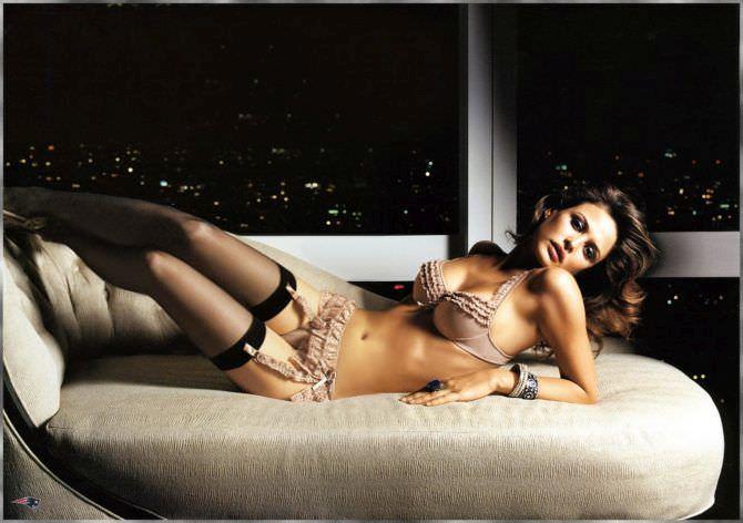 Джози Маран фотография на диване