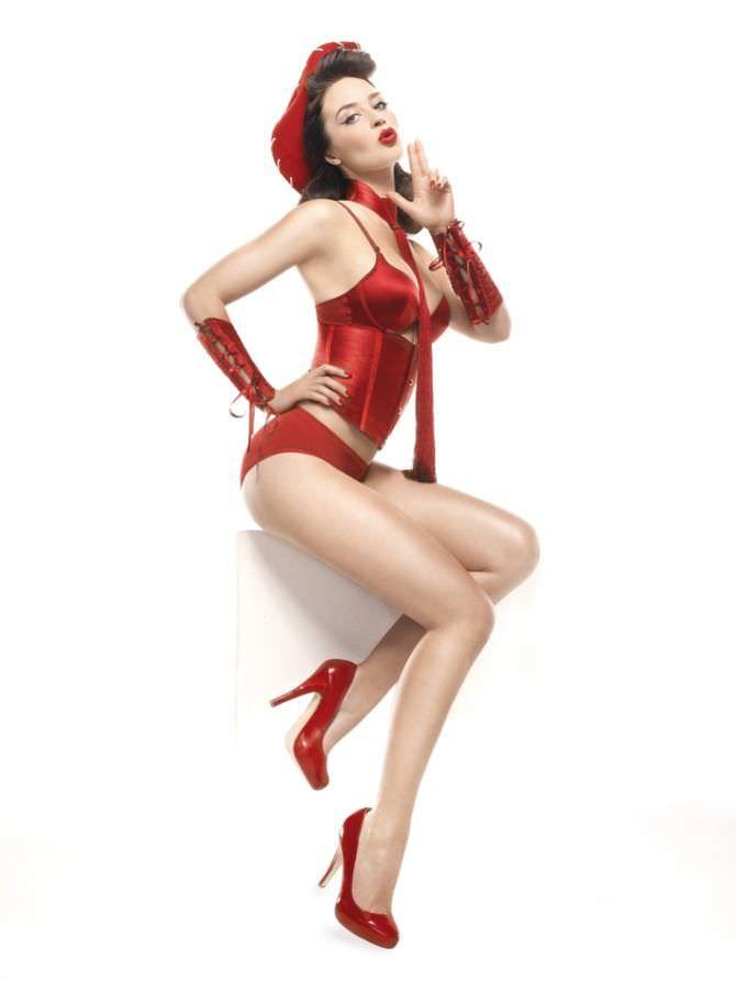 Эмили Блант фото в красном белье