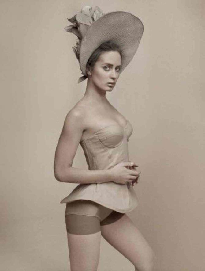 Эмили Блант фото в корсете
