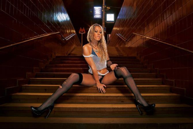 Ксения Собчак фото на лестнице