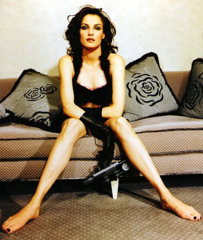 Фамке Янссен фото на диване