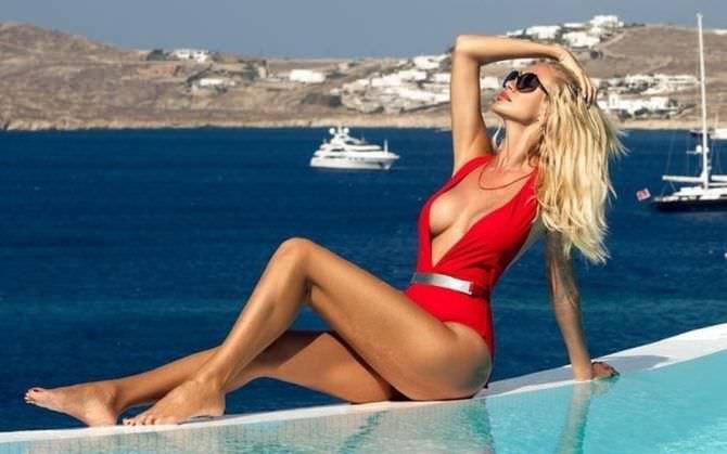 Виктория Лопырева фото в красном купальнике