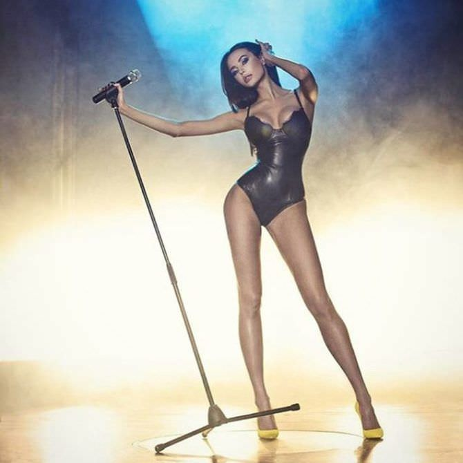 Анастасия Решетова фото с микрофоном