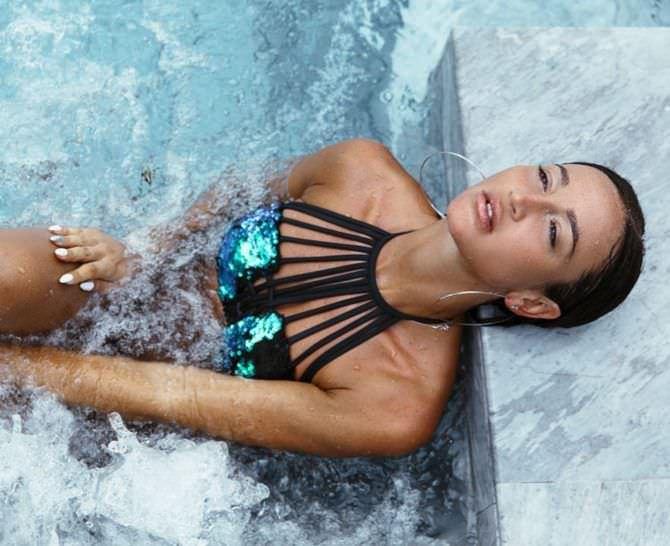 Ольга Бузова фото в блестящем купальнике