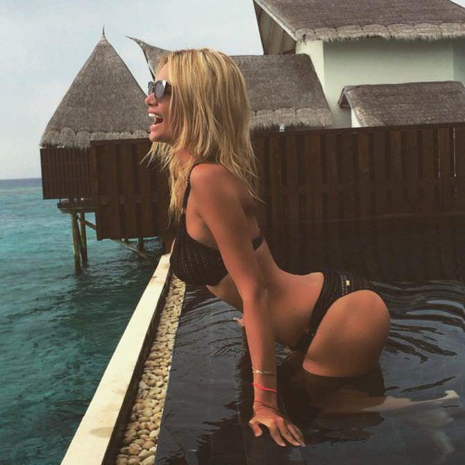 Виктория Лопырева фото в чёрном купальнике