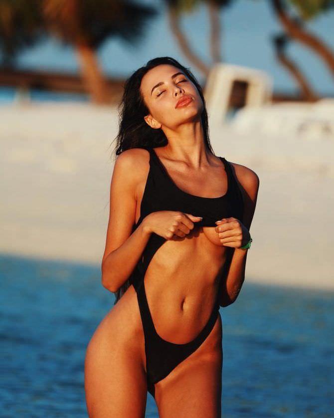 Анастасия Решетова фото в чёрном купальнике