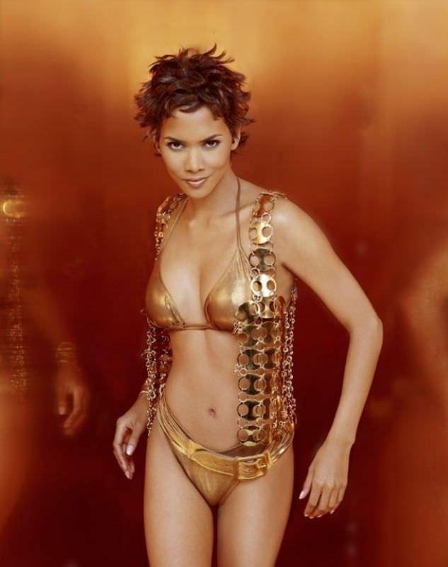Холли Берри фото в золотом бикини