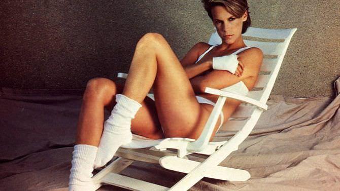 Джейми Ли Кёртис фото в белых носках