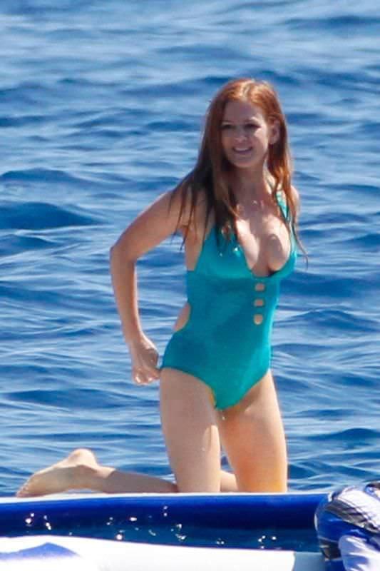 Айла Фишер фото на пляже