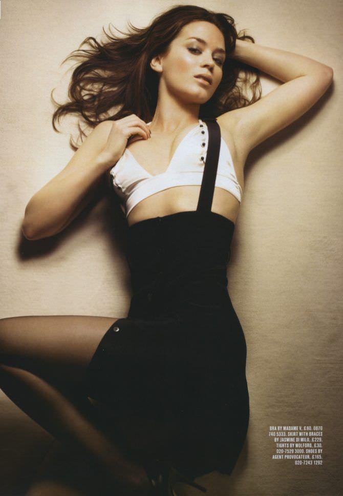 Эмили Блант фото в белом топе
