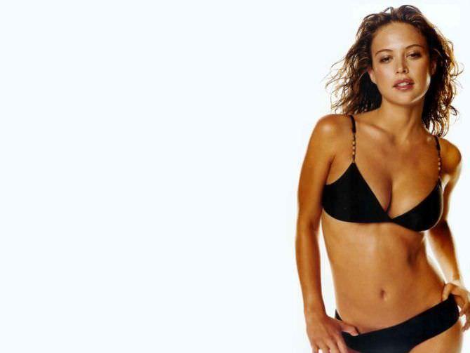 Джози Маран фото в чёрном купальнике
