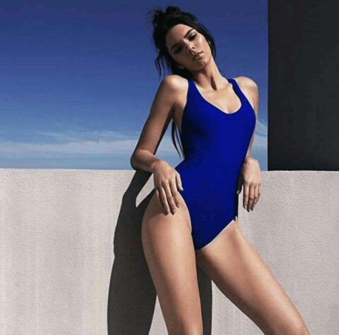 Кендалл Дженнер фото в синем купальнике