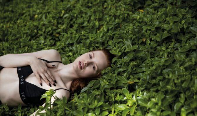 Мэделин Петш фотография на траве
