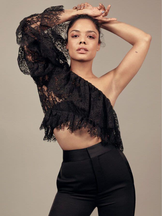 Тесса Томпсон фото в кружевной блузке