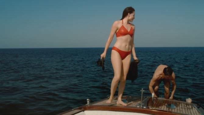 Лара Пулвер кадр в купальнике