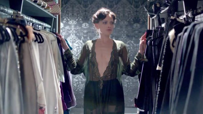 Лара Пулвер кадр в гардеробе