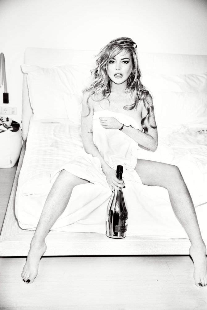Линдси Лохан фото с бутылкой