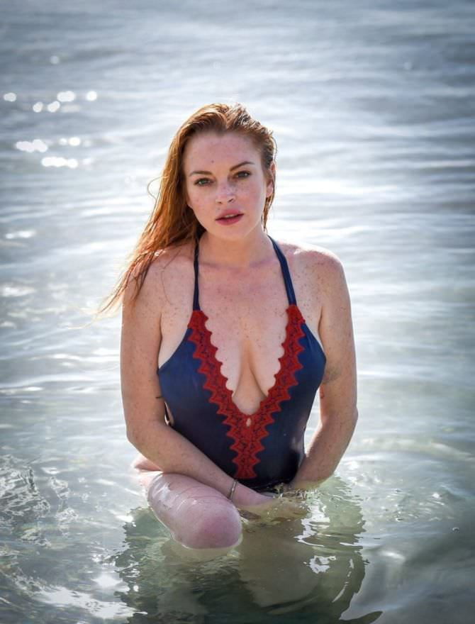 Линдси Лохан фото в красивом купальнике