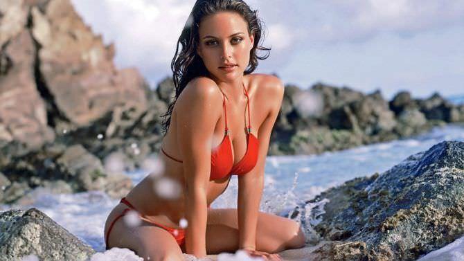 Джози Маран фото на пляже в бикини