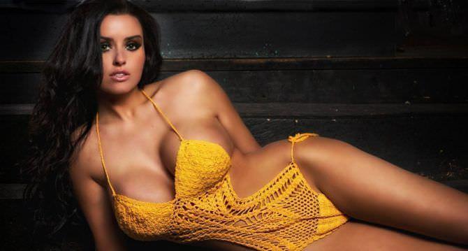 Абигейл Рэчфорд фото в жёлтом купальнике