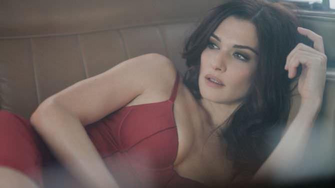 Рэйчел Вайс фото в красном белье