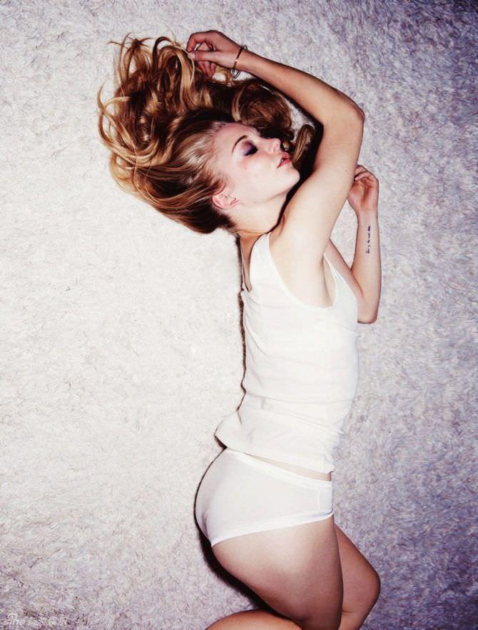 Натали Дормер фото на ковре в белье