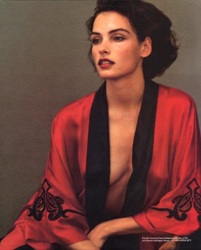 Фамке Янссен фото в красном халате
