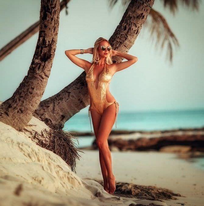Виктория Лопырева фото с пальмами