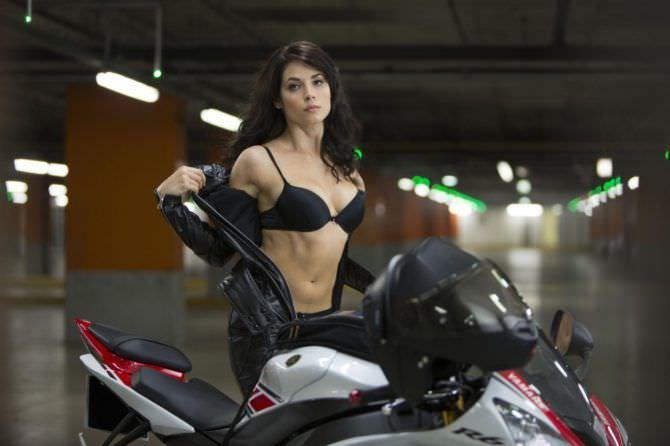 Юлия Снигирь фотография с мотоциклом