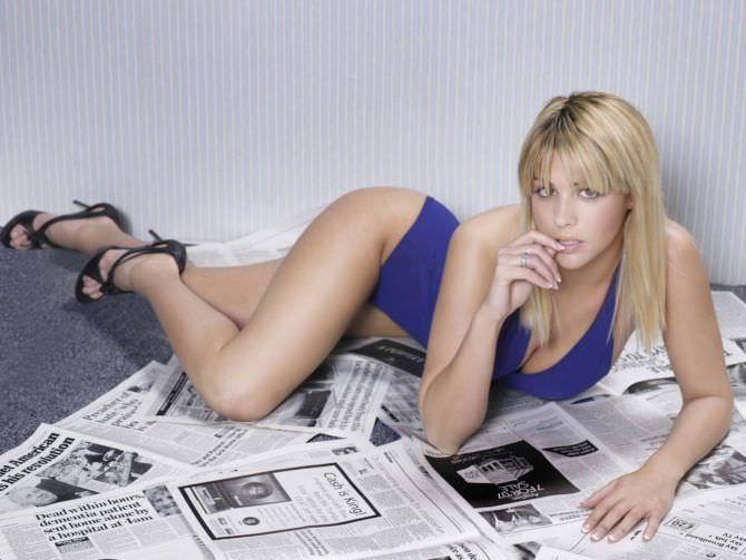 Джемма Аткинсон фото с газетами
