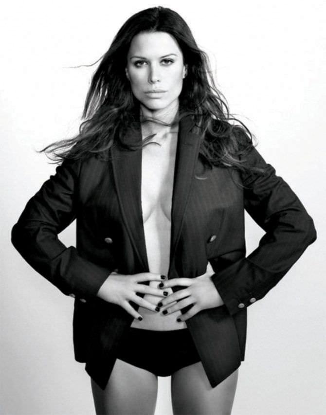 Рона Митра фотосессия в пиджаке