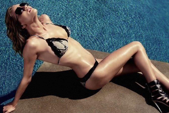 Роузи Хантингтон-Уайтли фото на краю бассейна