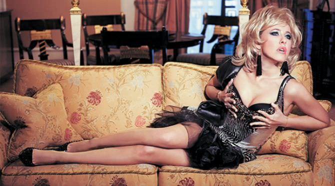 Ксения Собчак фото на диване
