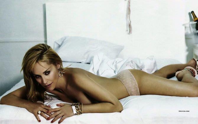 Шэрон Стоун фотография на кровати