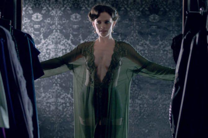 Лара Пулвер кадр в зелёном халате