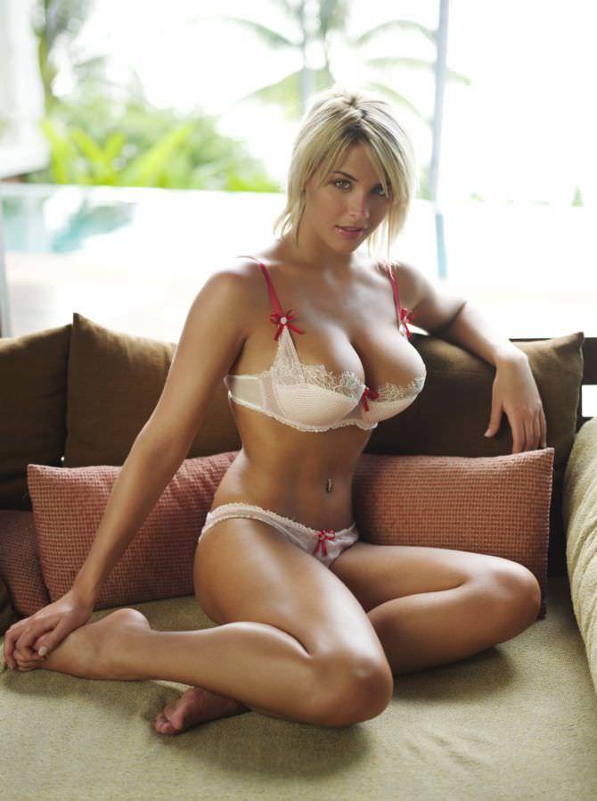 Джемма Аткинсон фото на подушках