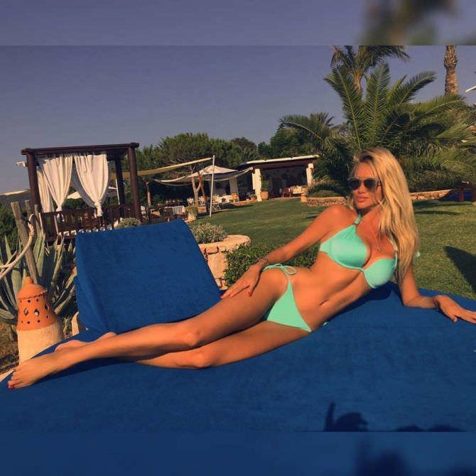 Виктория Лопырева фото в голубом купальнике