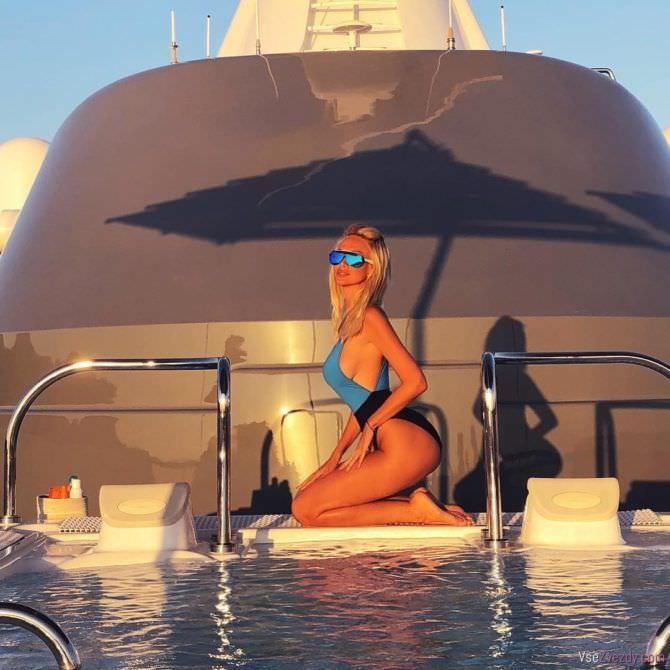 Виктория Лопырева фотография у бассейна