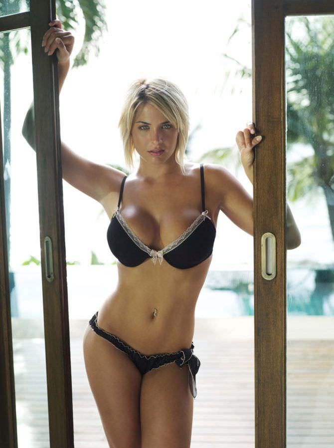 Джемма Аткинсон фото в дверях