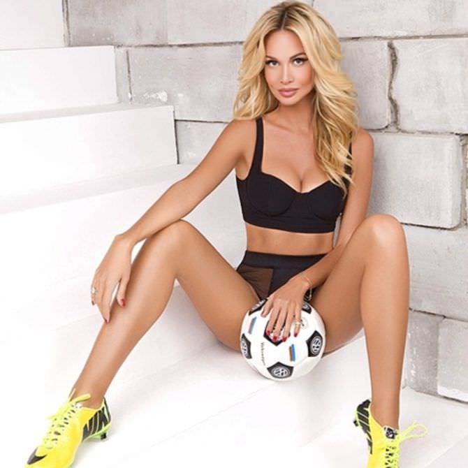 Виктория Лопырева фото с мячиком