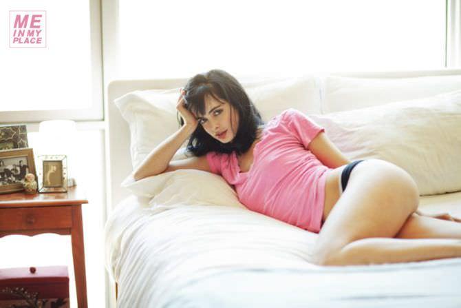 Кристен Риттер фотография на кровати