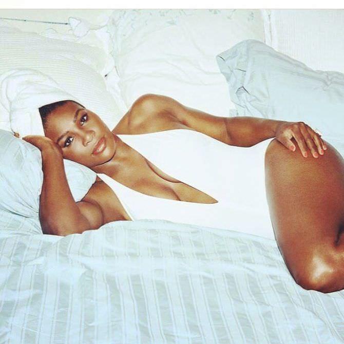Серена Уильямс фотография на кровати