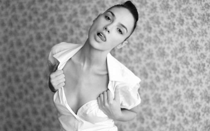 Галь Гадот чёрно-белое фото в рубашке