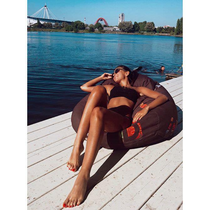 Анастасия Чепелюк фото в купальнике на пуфе