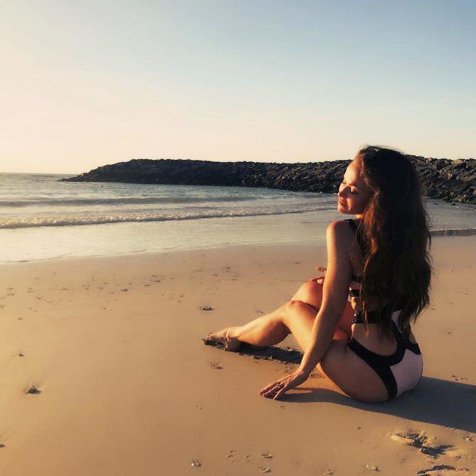 Мария Берсенева фото в купальнике на пляже