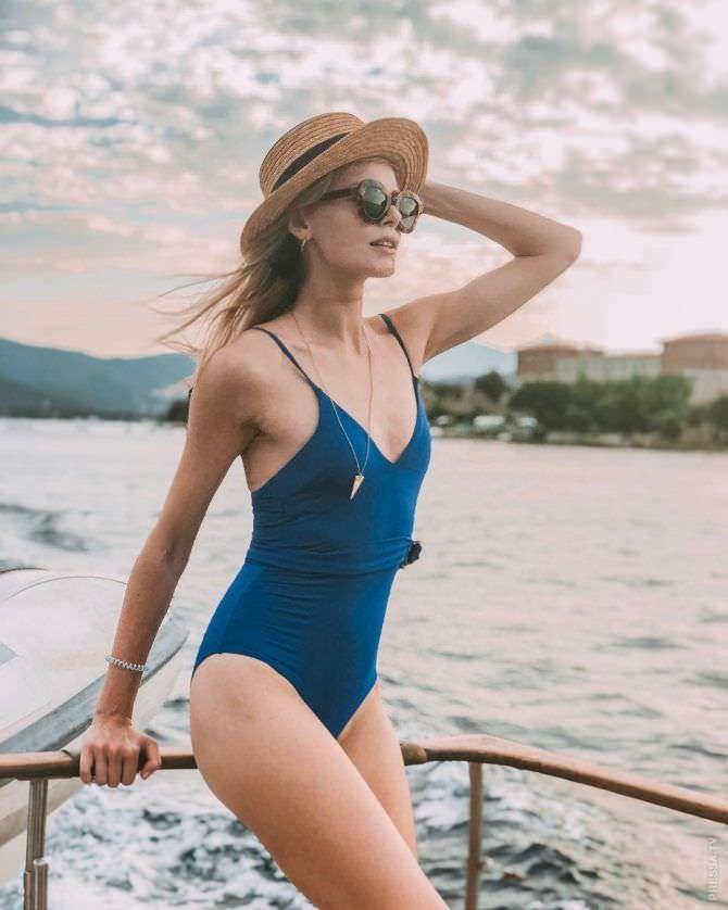 Анастасия Стежко фото в купальнике и шляпе