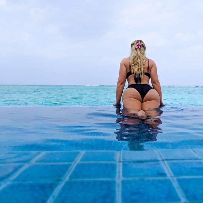 Искра Лоуренс фото в бассейне