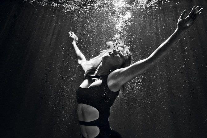 Леа Сейду фото под водой в купальнике